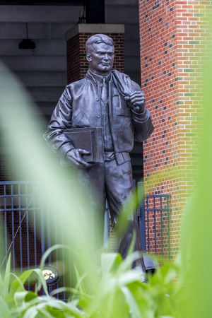 July 21, 2019 - Iowa City, Iowa, USA: Statue of Nile Clarke Kinnick Jr. who was a student and a college football player at the University of Iowa. He won the 1939 Heisman Trophy and died during while serving as a Naval Aviator in World War II. Banco de Imagens - 127549180