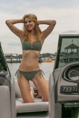 A gorgeous bikini model enjoying a day on the water Standard-Bild
