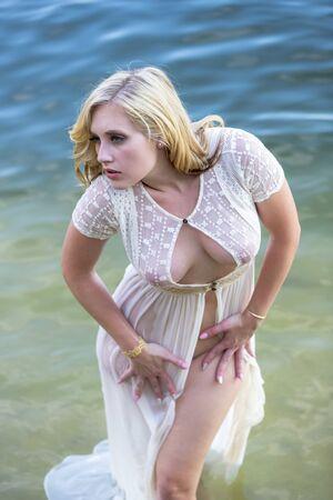 Una splendida modella bionda si gode il lago in una giornata estiva