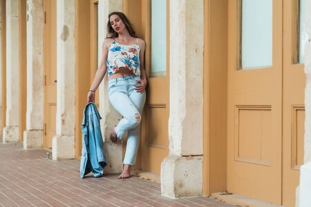 A beautiful Brunette model posing outdoors in an urban environment Banque d'images