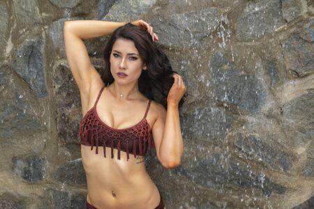 A gorgeous brunette model enjoys a day at the pool on a Caribbean island Standard-Bild