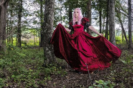 A gorgeous gothic model acts in a forest environment Imagens