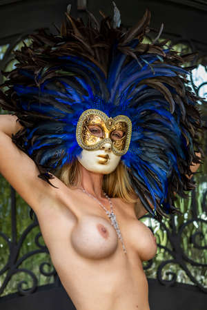 A gorgeous model poses topless wearing a mask in an indoor environment 版權商用圖片