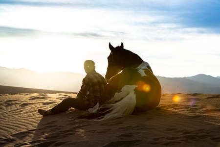 A Male model riding His horse through the Mohave Desert Zdjęcie Seryjne