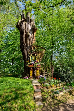 Wooden architecture in the bosom of nature. Beautiful colorful chapel in a tree in the forest. Zdjęcie Seryjne