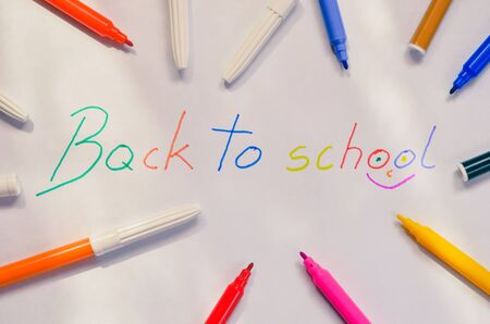 The motive for returning children to school. Felt-tip pens with the words back to school. 스톡 콘텐츠