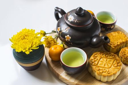 Maancake en thee voor Chinees medio herfstfestival. Geïsoleerd op wit. Kopieer ruimte
