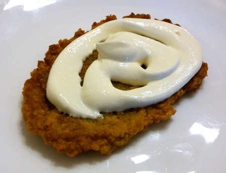 papas doradas: Croquetas de patata caliente con crema agria fresca