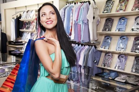 centro comercial: hermosa mujer con bolsas de compras en el centro comercial, piensa en las compras Foto de archivo
