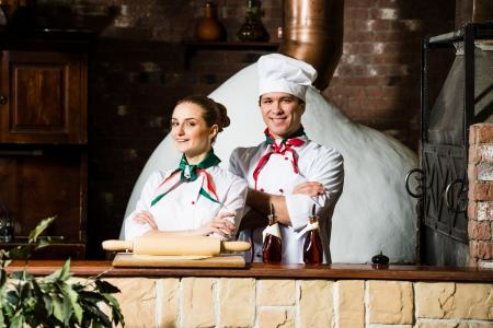 portrait de deux cuisiniers, croisant les bras et en regardant la caméra