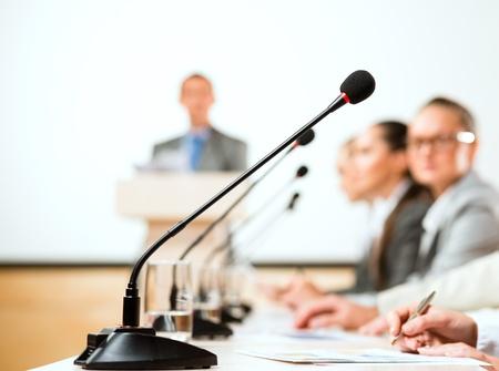 close-up di un microfono, un relatore al convegno