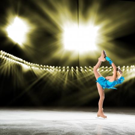 jungen Skater führt auf dem Eis im Hintergrund leuchtet Beleuchtung
