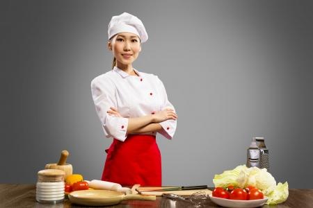 Retrato de cozinheiros asiáticos, cruzou os braços