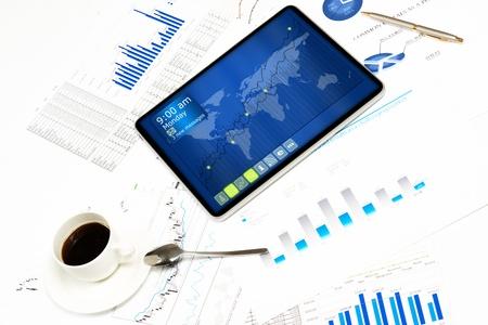 actuality: tablet, documenti finanziari e di una tazza di caff?, still life mostrando le moderne tecnologie nel business