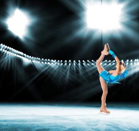 若いスケーター照明背景ライトで氷の上を実行します。