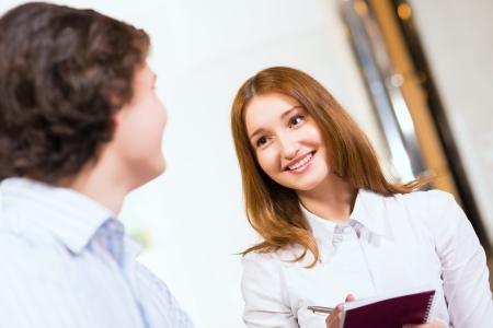 man close up: Attraente donna a parlare con un uomo, vicino ritratto