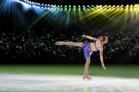 jonge schaatser voert op het ijs in de achtergrond verlichting verlichting