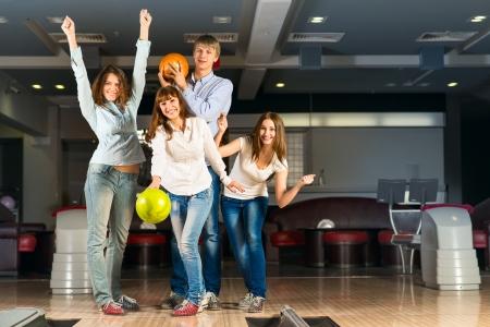 Grupo de amigos novos que jogam boliche, passar tempo com amigos Imagens