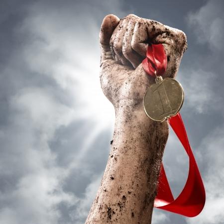 Mano che tiene un vincitore s medaglia, il successo nelle competizioni Archivio Fotografico - 19287057