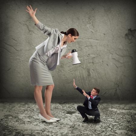 jefe enojado: mujer grita en el hombre asustado, el concepto de agresi�n