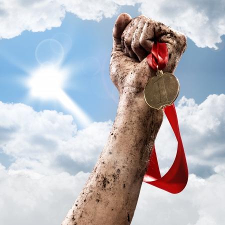 hand die een winnaar s medaille, succes in wedstrijden Stockfoto