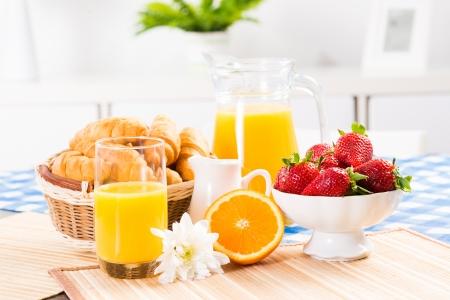 jus d'orange, croissants en aardbeien stilleven