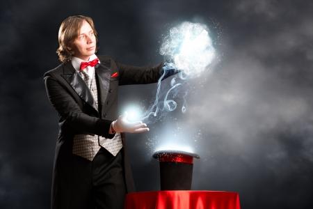 mago faz passa no cilindro, o cilindro produz mágica