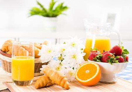 suco de laranja, croissants e morangos