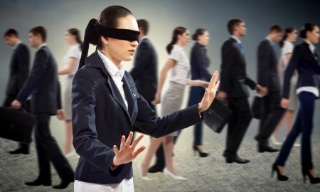 jonge geblinddoekte vrouw op zoek naar een uitweg in een menigte