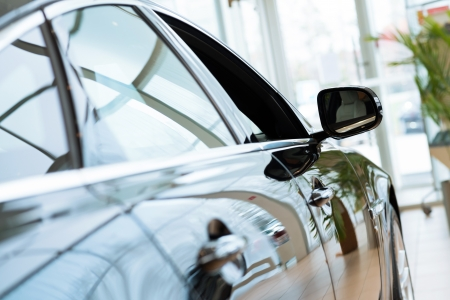 Moderne dure zwarte auto in de showroom Stockfoto