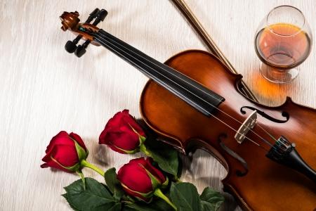 Violino, rosa, copo de champanhe e música livros, ainda, vida