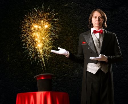 Assistant jette un sort sur son chapeau le chapeau de la fum?e, des lumi?res color?es et de la magie Banque d'images - 20559837