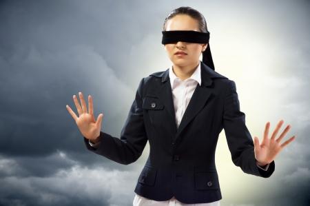 目隠しの若い女性はの方法を見つけることができません。
