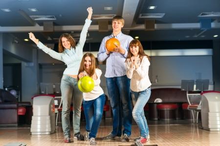 Groep jonge vrienden spelen bowling, tijd doorbrengen met vrienden Stockfoto
