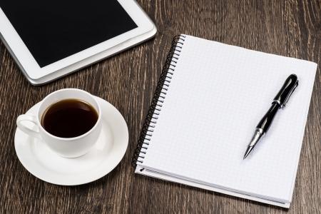 kladblok, pen, koffie en tablet, werkplek zakenman Stockfoto