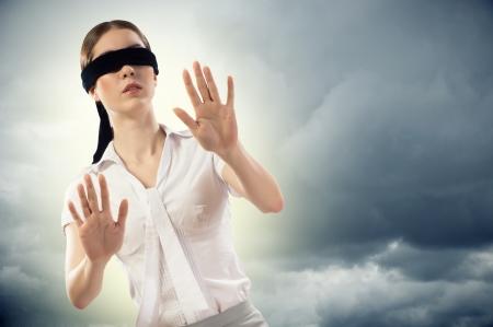 ojos vendados: Mujer con los ojos vendados joven no puede encontrar una salida