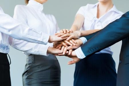 la union hace la fuerza: concepto de la gente de negocios trabajo en equipo se dieron la mano
