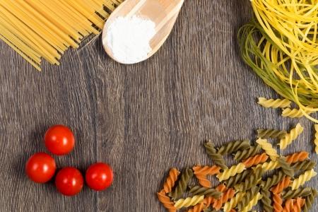 パスタ、トマト、静物、スプーンの上に小麦粉