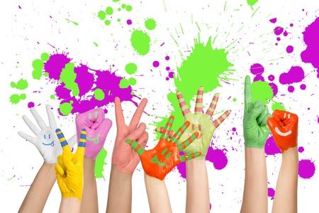geschilderd kinderen handen in verschillende kleuren met smilies Stockfoto