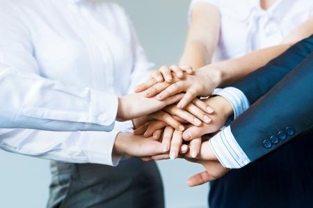 manos unidas: concepto de la gente de negocios trabajo en equipo se dieron la mano