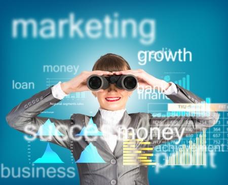 双眼鏡、ビジネスで概念検索ソリューションを探しているビジネス女性