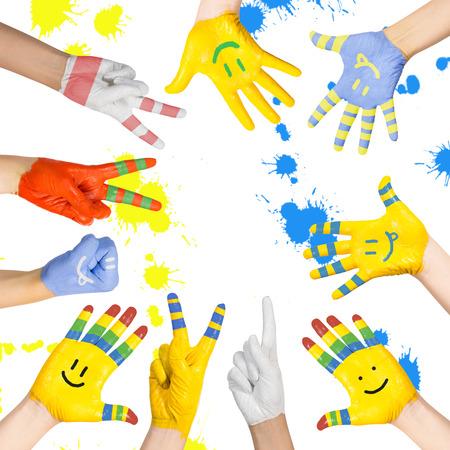 geschilderde kinderen handen in verschillende kleuren met smilies Stockfoto