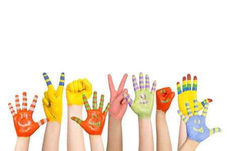 crianças pintaram as mãos s em cores diferentes com smilies Imagens
