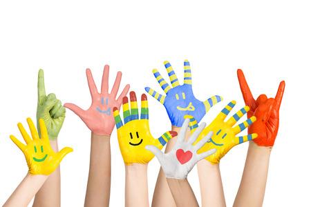 crianças pintaram as mãos s em cores diferentes com carinhas