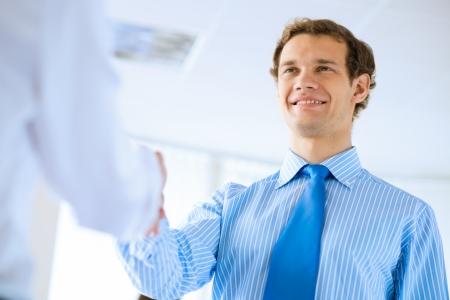 jonge zakenman schudden handen met een collega, een overeenkomst Stockfoto