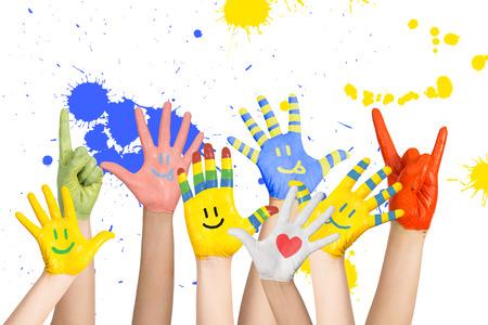 geschilderde kinderen s handen in verschillende kleuren met smilies