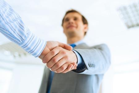jonge zakenman handen schudden met een collega, een overeenkomst