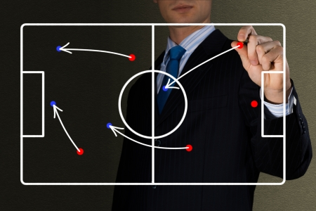 beeld van coach tekent een diagram van een voetbalwedstrijd