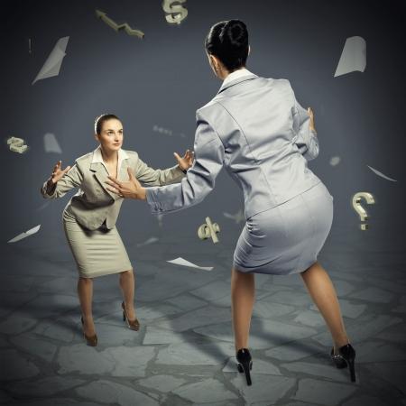 businesspartners: dos empresarias luchando como sumoists, el concepto de competencia en los negocios