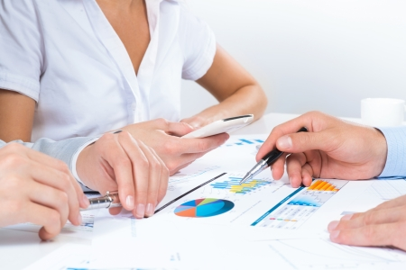 Zakenmensen bespreken doelstellingen, zitten aan de business tafel met documenten Stockfoto